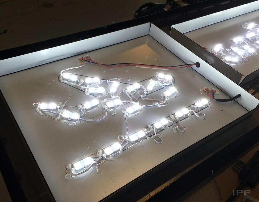 Enseigne bandeau de l'Aéroport de Grenoble vue de l'éclairage LED