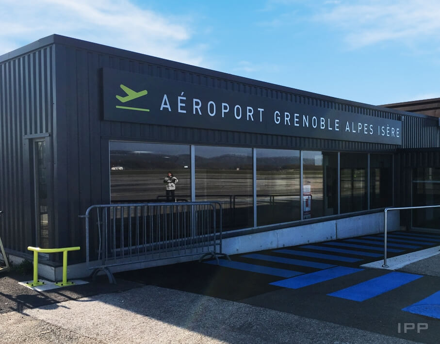 Enseigne bandeau de l'Aéroport de Grenoble vue d'ensemble