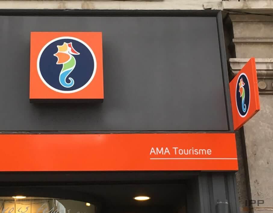 Enseigne drapeau et enseigne bandeau AMA Tourisme vue détaillée