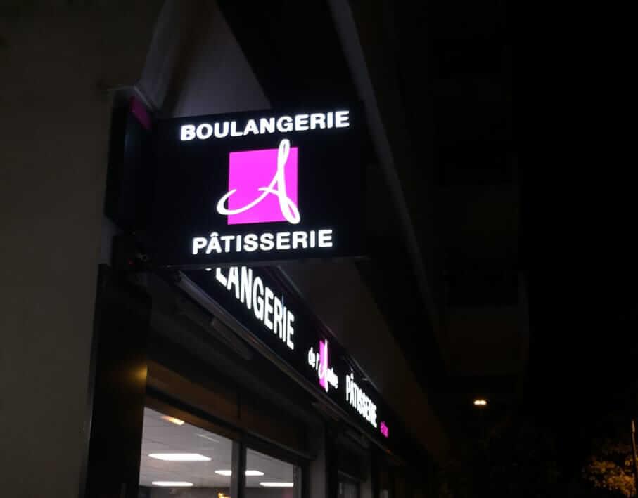 Enseigne drapeau Boulangerie de l'Ambre vue détaillée de nuit