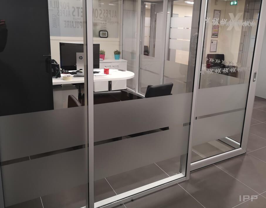Vitrophanie de confidentialité Banque Populaire vue détaillée des vitres