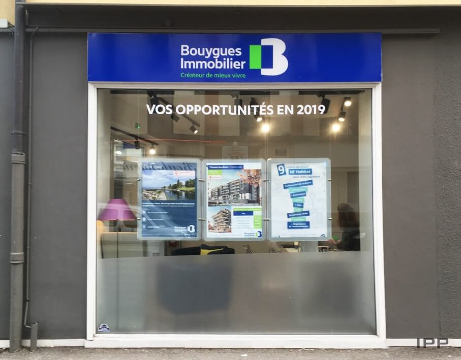 Enseigne bandeau Bouygues Immobilier vue d'ensemble de la deuxième façade de l'agence