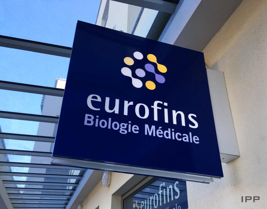Enseigne drapeau Eurofins vue détaillée