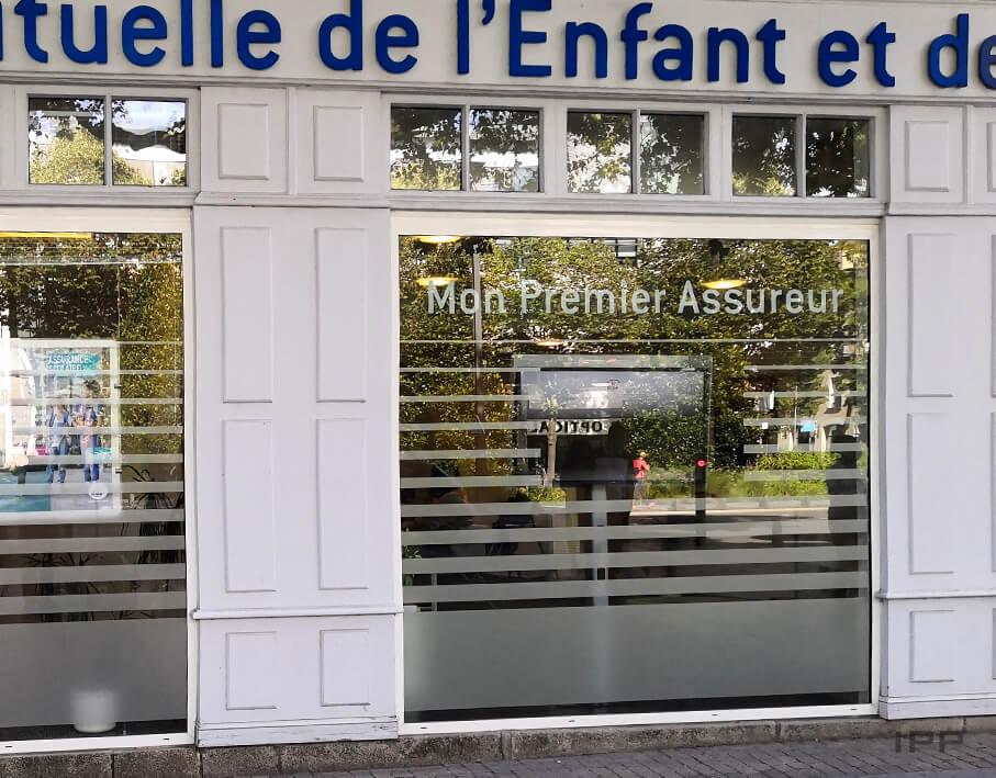 Signalétique de confidentialité MAE Nantes vue détaillée depuis l'extérieur