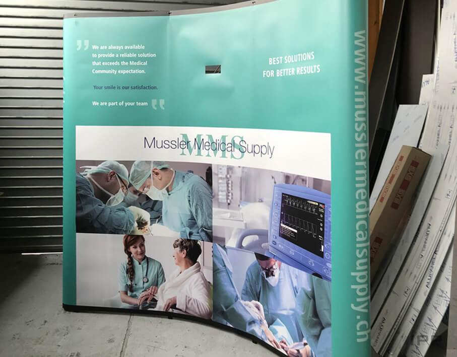 Événementiel stand parapluie Mussler Medical Supply vue d'ensemble du stand parapluie
