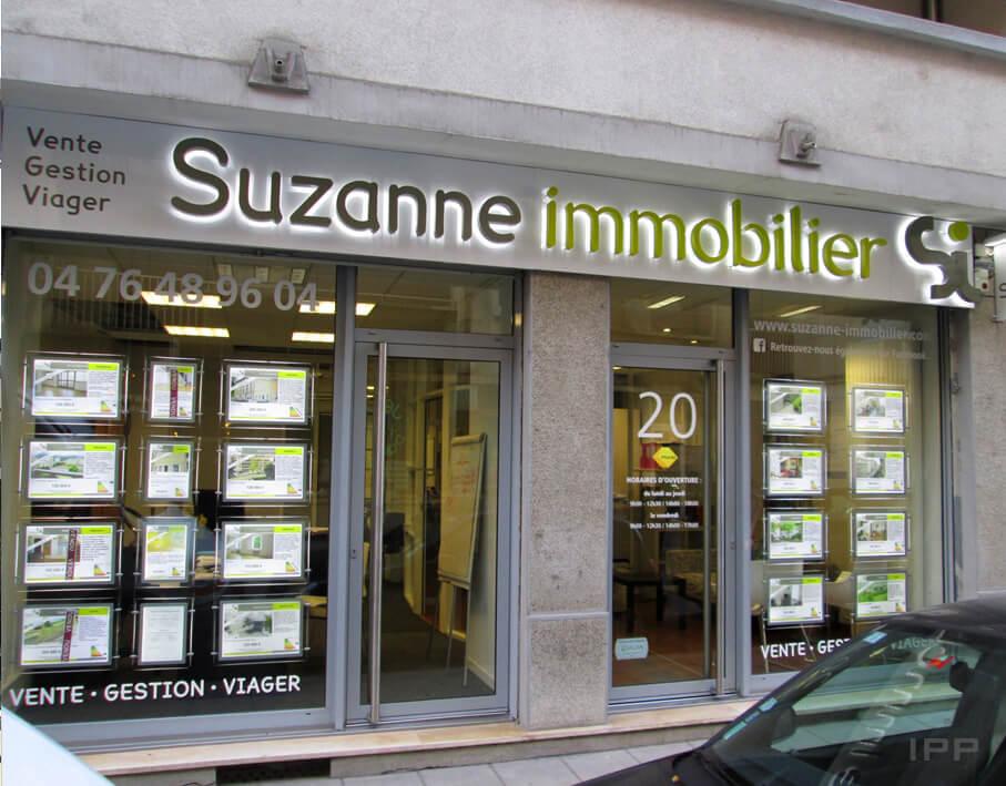Enseigne lettres reliefs lumineuses Suzanne Immobilier vue d'ensemble