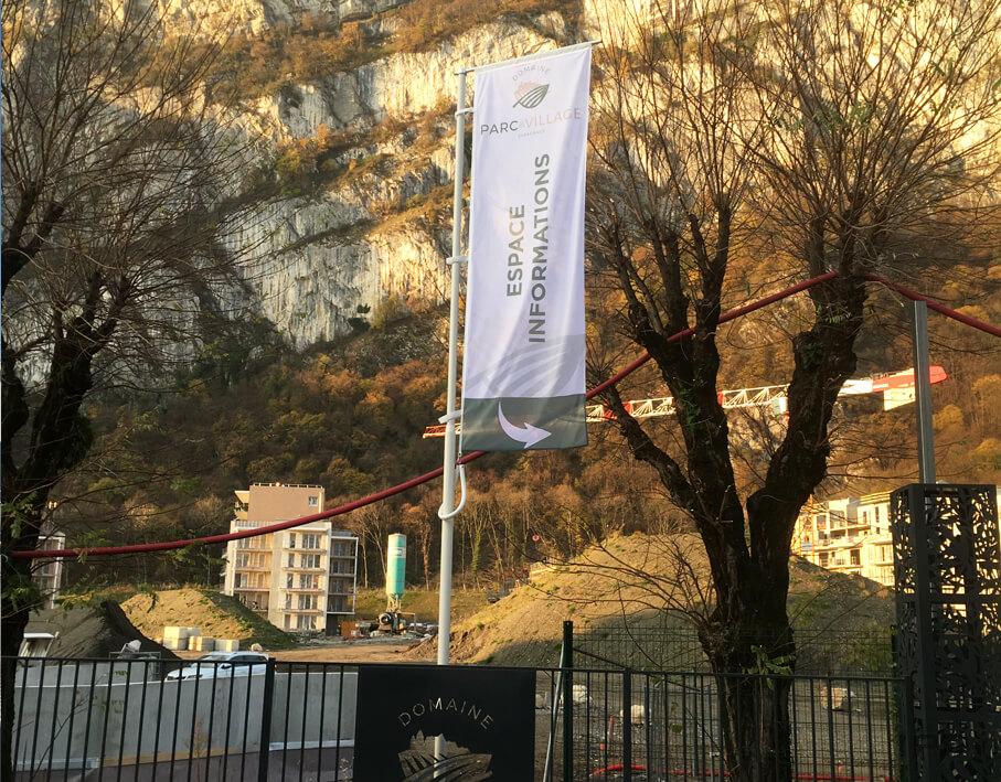 Marketing immobilier signalétique Gilles Trignat vue d'ensemble d'un oriflamme