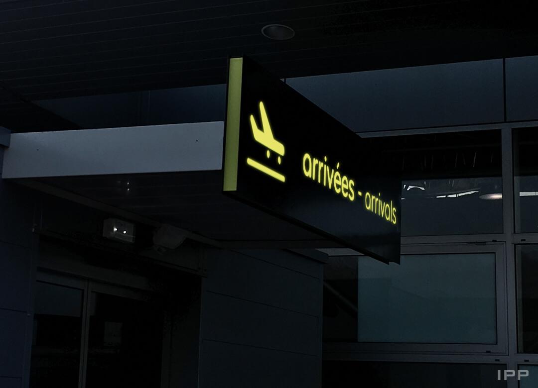 Enseigne bandeau lumineux avec éclairage direct et diffusion sélective pour AEROPORT de CHAMBERY