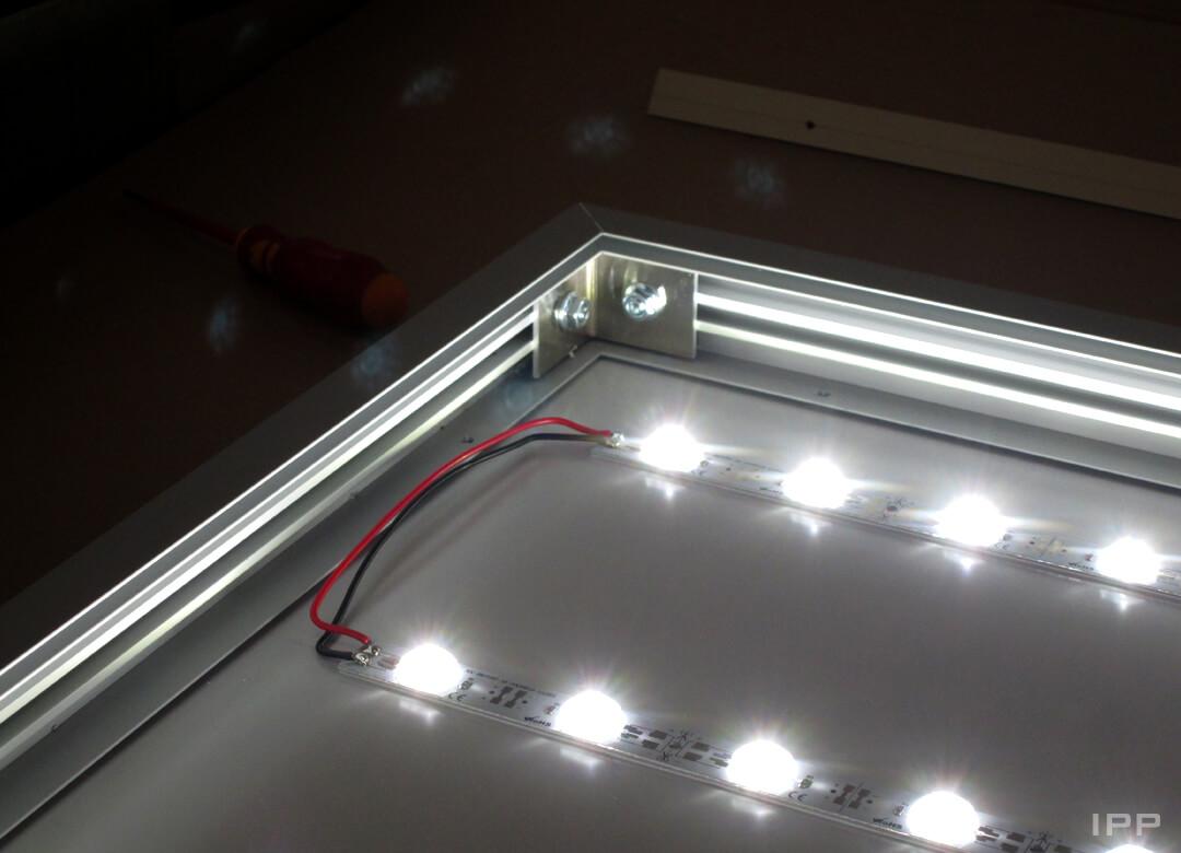 Intérieur d'une enseigne bandeau lumineuse avec bandes LED
