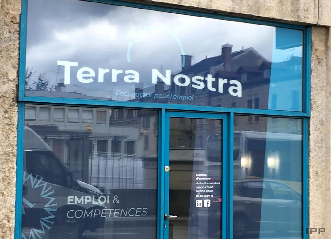 Enseigne vitrophanie collage depuis l'intérieur pour Terra Nostra