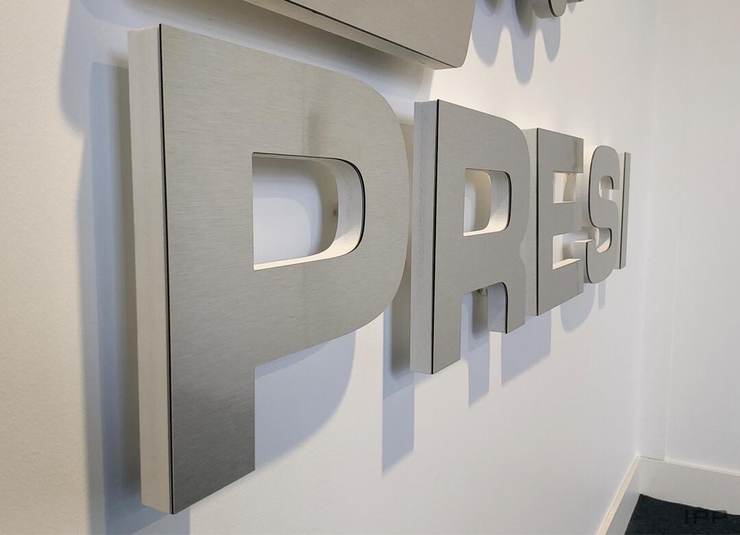 Lettres reliefs en dibond contrecollé sur PVC fixées sur entretoises