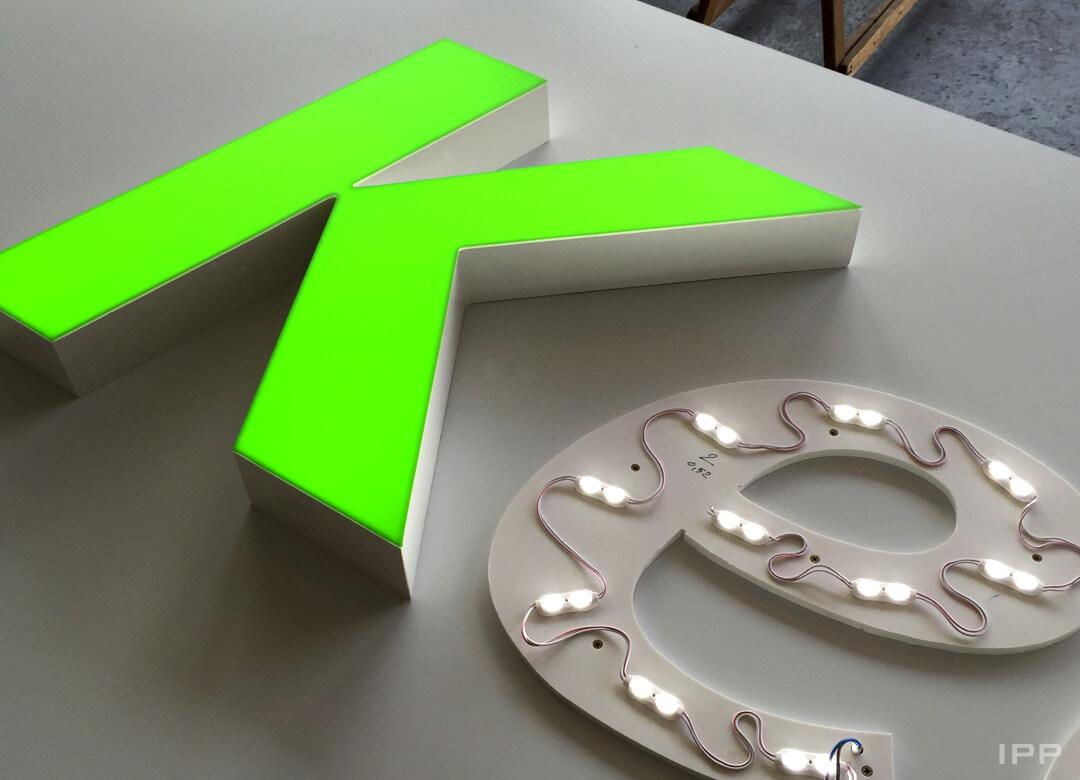 Enseigne en lettres boitiers lumineuses ouverte avec LED