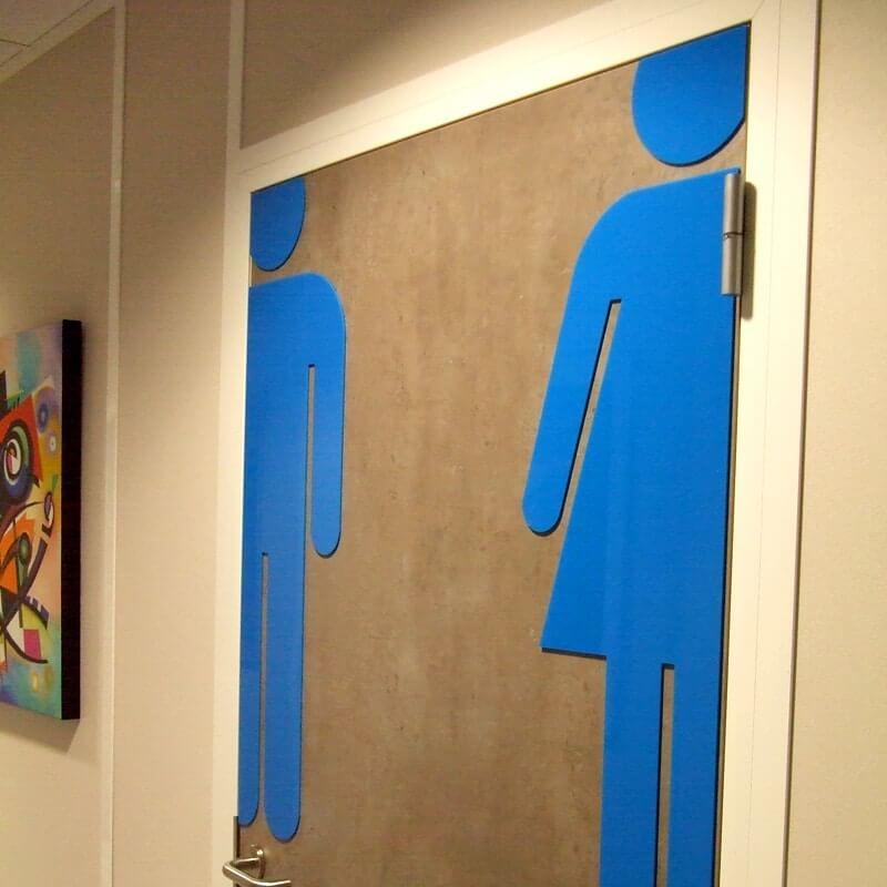 Signalétique intérieure toilettes en découpe de plexiglas bleu