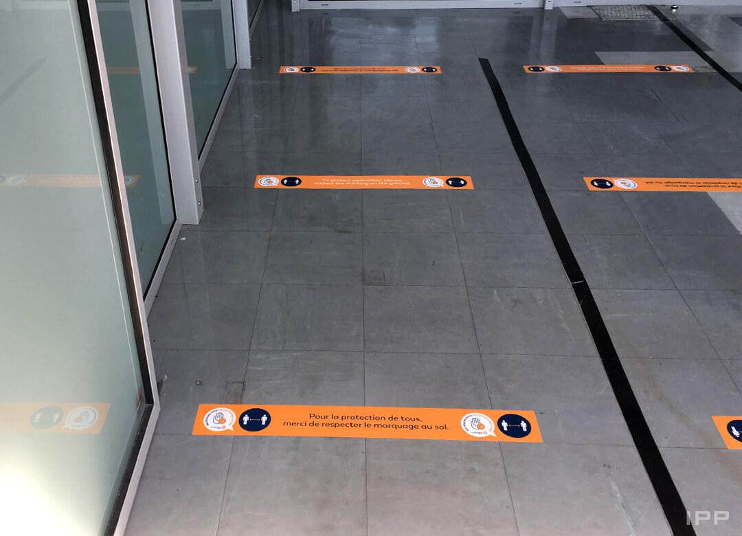 Marquage au sol en adhésif pour distanciation sociale COVID à l'Aéroport de Grenoble