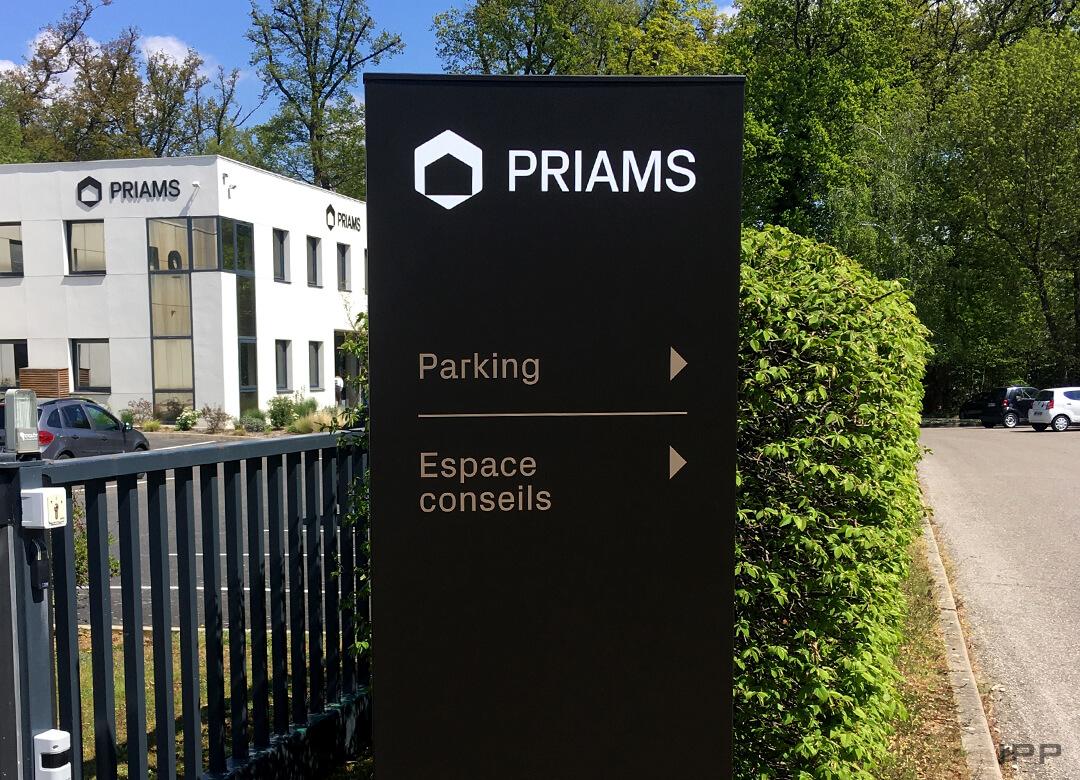 Signalétique extérieure avec totem directionnel PRIAMS
