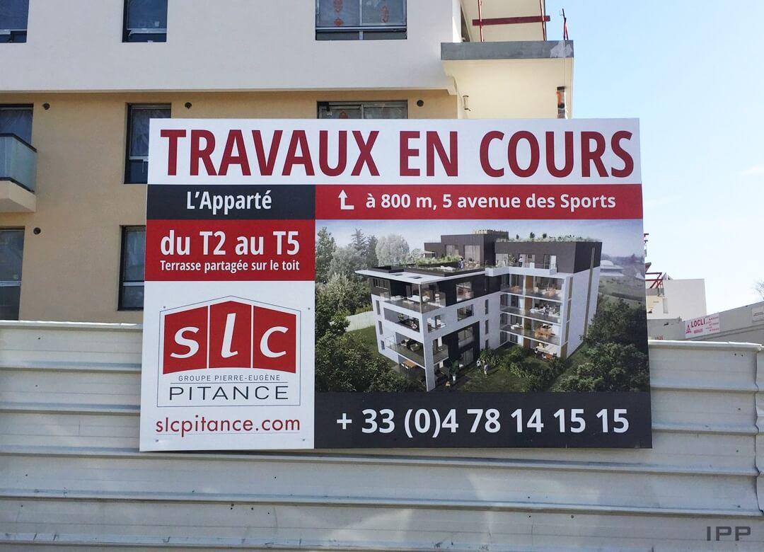 Panneau immobilier en axylux fixé sur une palissade en acier pour SLC PITANCE