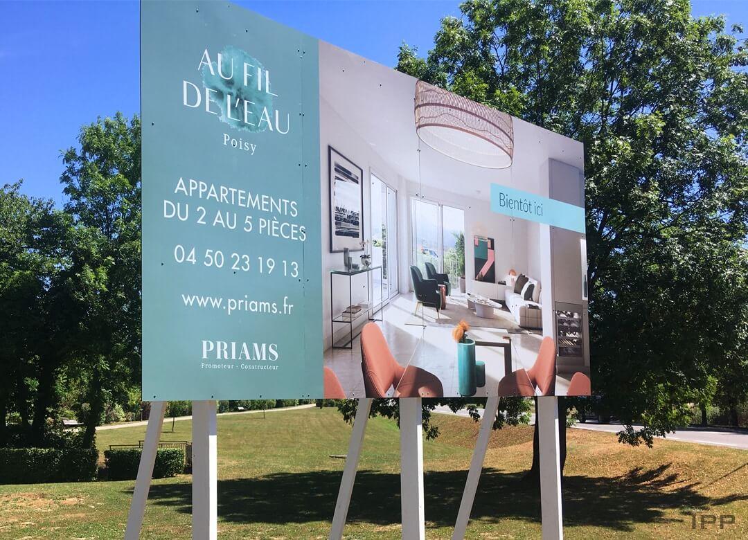 Panneau immobilier en dibond fixé sur des mats peint en blanc pour PRIAMS