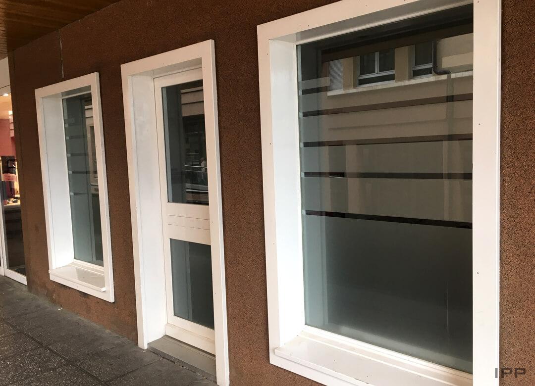 Vitrophanie de confidentialité en bandes dépolies sur vitres extérieures