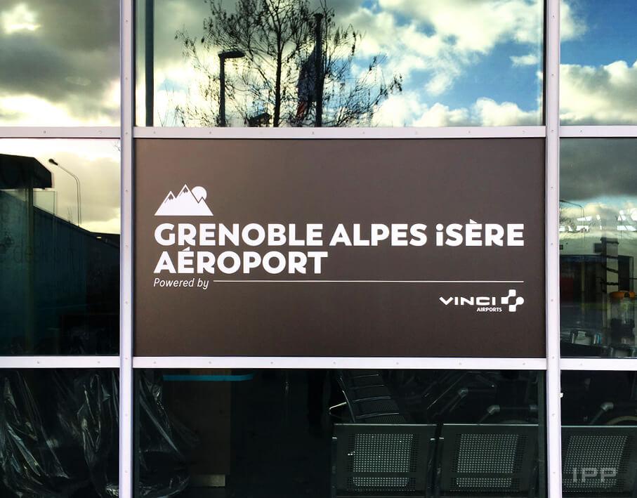 Signalétique extérieure Aéroport de Grenoble vue détaillée