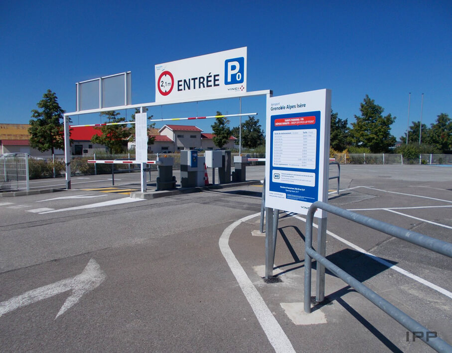 Signalétique extérieure Aéroport de Grenoble vue du totem tarifaire