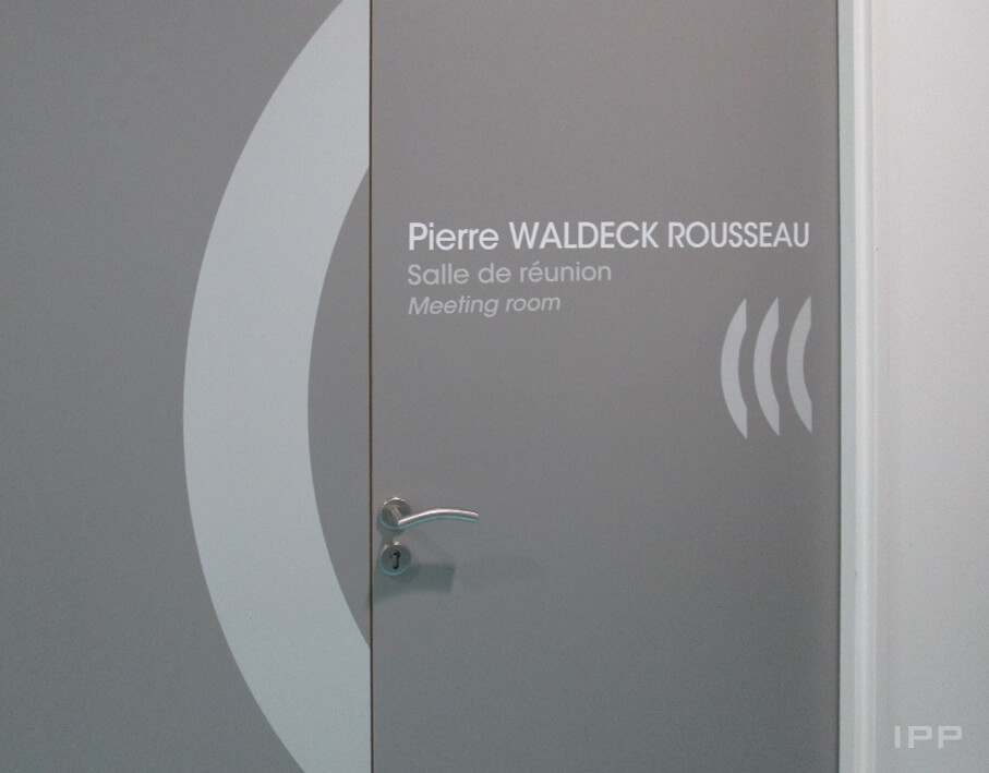 Signalétique intérieure ARaymond vue détaillée d'un lettrage sur porte