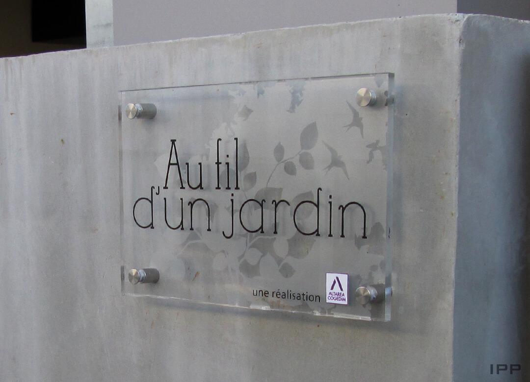 Signalétique immeuble plaque plexi fixé sur entretoises pour COGEDIM